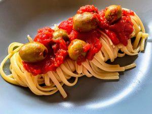 Pates aux tomates et olives vertes